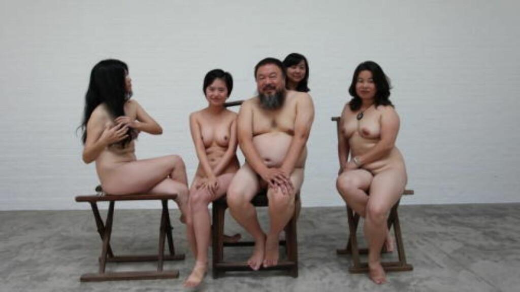 JUBLET FOR TIDLIG: Den kinesiske kunstneren twitret i triumf da han hadde passert passkontrollen på vei til Sør-Korea. Rett etterpå ble han likevel stoppet og forhindret fra å borde utenriksflyet. Dette bildet var Ais protest da han i forrige måned ble satt i husarrest. Foto: Ai Weiwei