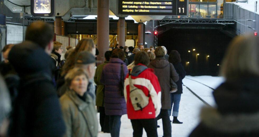 INNSTILLINGER: Togpassasjerene må smøre seg med tålmodighet i ettermiddag. Togene er imidlertid forventet å gå som normalt fra cirka klokken 18. I mellomtiden henvises passasjerene til alternativ transport. Foto: Ørn E. Borgen / SCANPIX