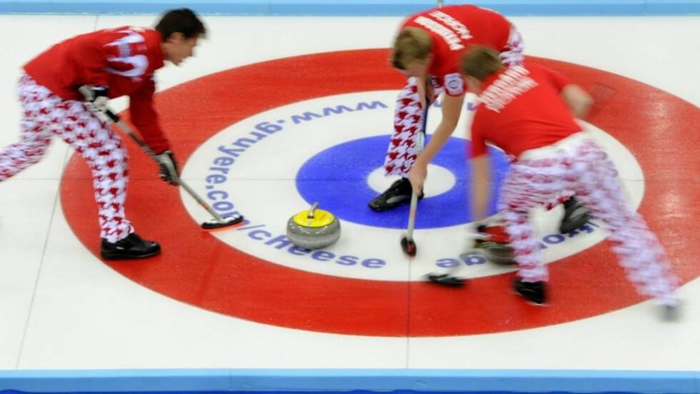 MOT SLUTTSPILL: De norske curlinggutta syntes seieren over erkerival Sverige smakte godt.Foto. SCANPIX/EPA/JEAN-CHRISTOPHE BOTT
