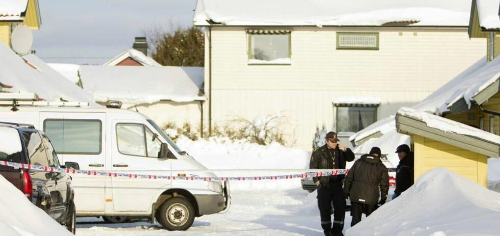 SKUTT OG DREPT: 36-åringen mistet livet etter å ha blitt skutt med et 45. kalibers håndvåpen i dette huset på Mysen i februar. Nå er 34-åringen som skjøt tiltalt for overlagt drap. Foto: Håkon Mosvold Larsen / Scanpix