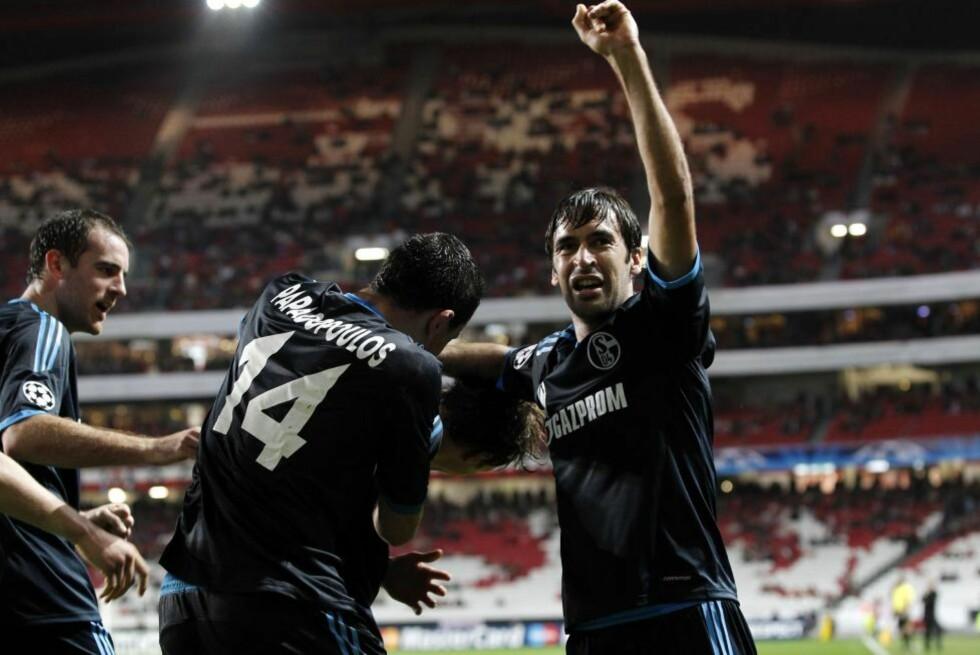VANT GRUPPA: Raul og lagkameratene i Schalke tok en sterk borteseier mot Benfica og vant gruppe B foran Lyon.Foto: SCANPIX/AP Photo/Armando Franca
