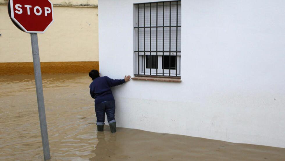 EVAKUERT: Over 3000 mennesker er evakuert fra sine hjem i Ecija sør i Spania, som er rammet av storflom etter kraftig regnvær. Foto: REUTERS/SCANPIX