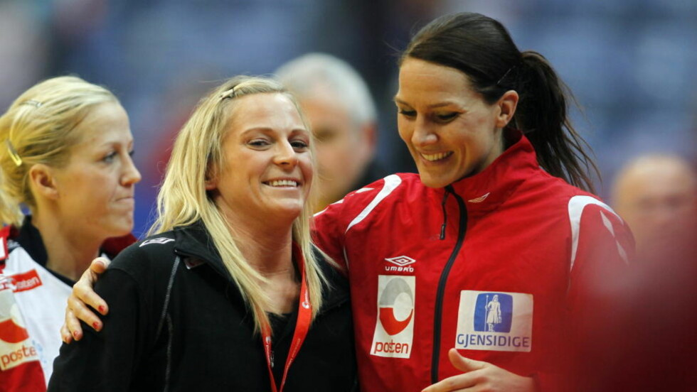 TRIBUNESLITER: Ida Alstad måtte se gårsdagens 33-22-seier mot Frankrike fra tribunen. Her er hun sammen med Gro Hammerseng etter kampslutt. Foto: GORM KALLESTAD/SCANPIX
