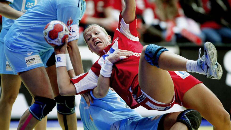 BLE TATT HARDT: De slovenske jentene prøvde febrilsk å stoppe Heidi Løke. De lyktes stort sett bare da de tok litt vel hardt i.