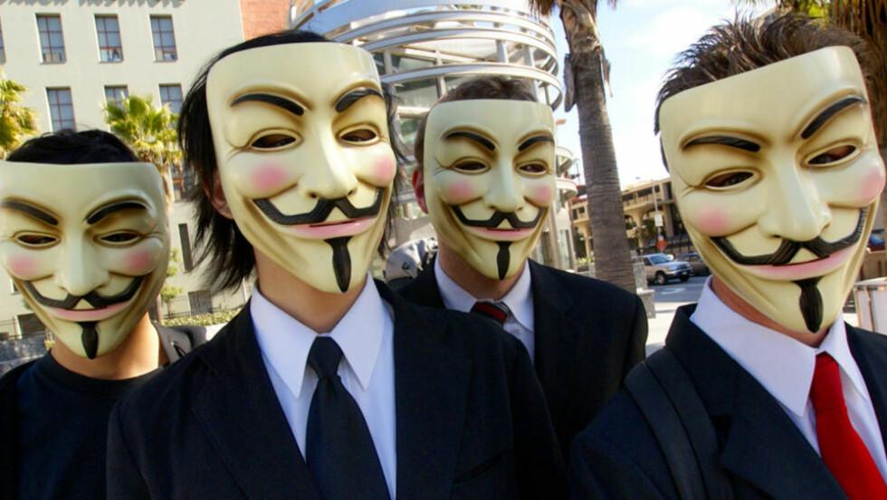 OPERATION PAYBACK:  Den løst sammensatte gruppa kaller seg Anonymous. Her poserer noen av dem med Guy Fawkes-masker i 2008, da gruppa sto bak en angrep mot Scientologikirken. . Foto: Wikimedia Commons