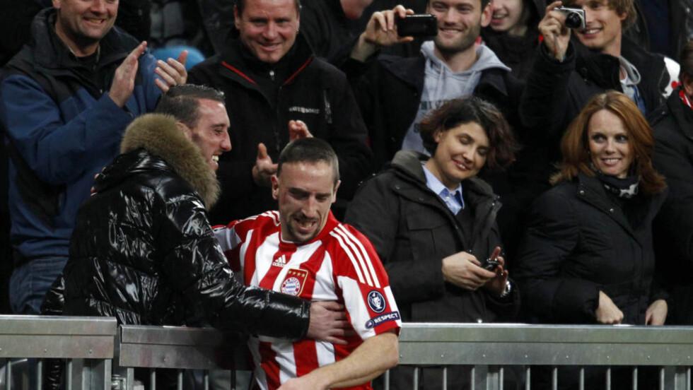 FEIRET MED FAMILIEN: Frank Ribery feiret den ene av sine to scoringer med broren på tribuneplass.Foto: SCANPIX/REUTERS/Michael Dalder