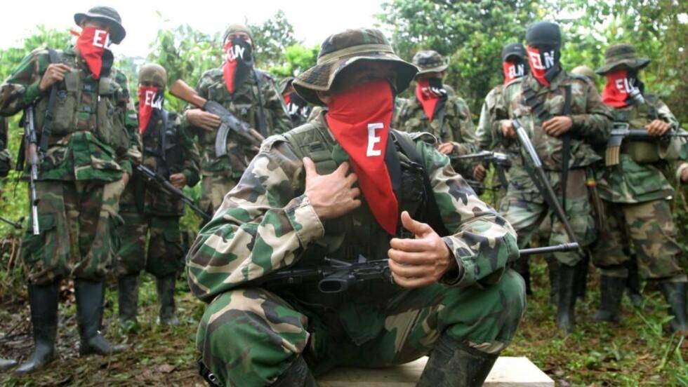 TIL NORGE: ELN-lederen «Julio» foran troppen sin under et intervju med Reuters i 2004. Nå går det fram at Norge ble foreslått som vertskap for hemmelige forhandlinger mellom ELN-geriljaen og de colombianske myndighetene. Foto: REUTERS/Albeiro Lopera