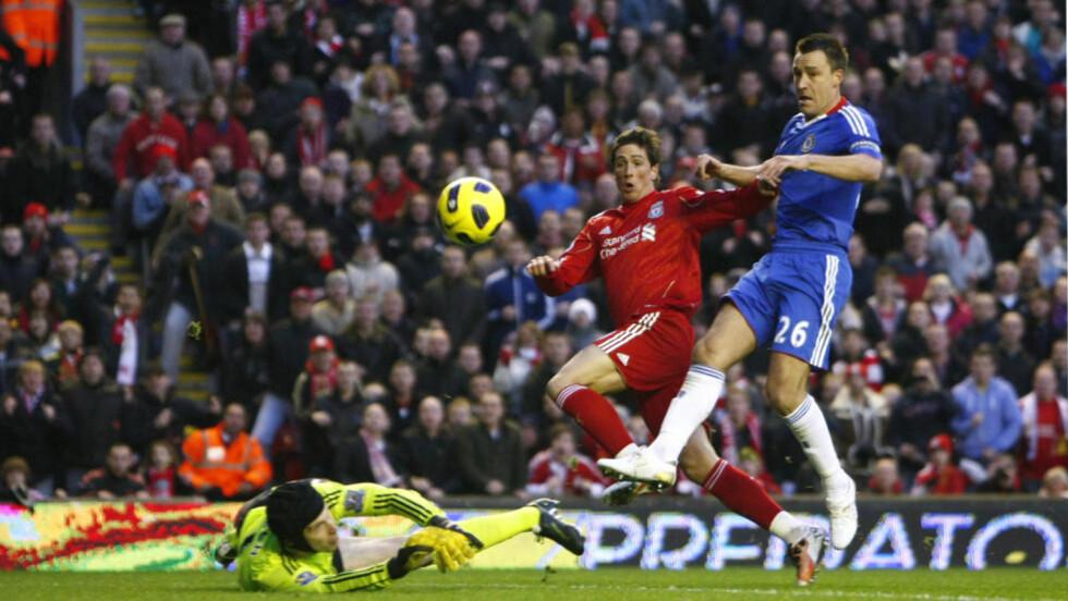 NEDTUR: Chelseas har bare vunnet to av de åtte siste kampene. Her blir laget senket av Fernando Torres på Anfield. Foto: AP/Tim Hales
