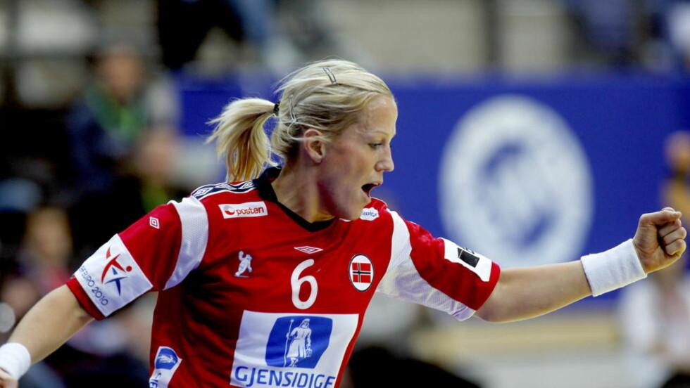 VEL VERDT Å SE: Heidi Løke var banens gigant mot Slovenia i går kveld, og er vel verdt å se live. Nå håper håndballforbundet at flere tar turen til hallen. Foto: BJØRN LANGSEM