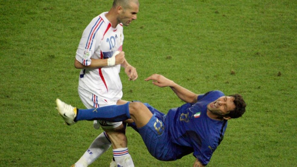 SKVÆRET OPP: Det tok fire år før Zinedine Zidane og Marco Materazzi skværet opp etter denne situasjonen fra VM-finalen i 2006. Foto: AFP PHOTO  JOHN MACDOUGALL
