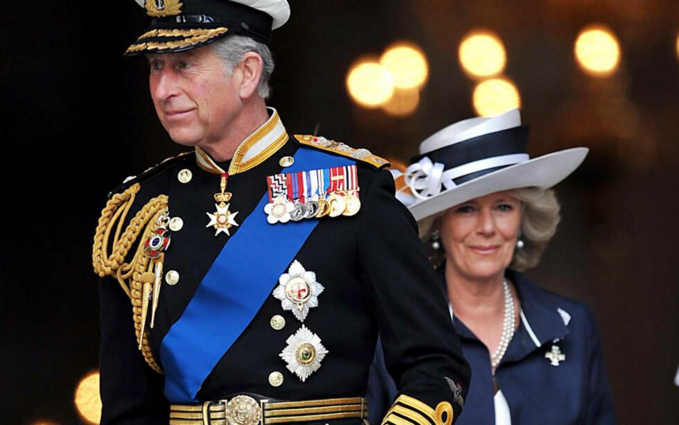 BLE ANGREPET: Prins Charles og Camilla Parker-Bowles, hertuginnen av Cornwall, kom seg unna da bilen deres ble angrepet i London sentrum i dag. Foto: Andy Rain/EPA/Scanpix