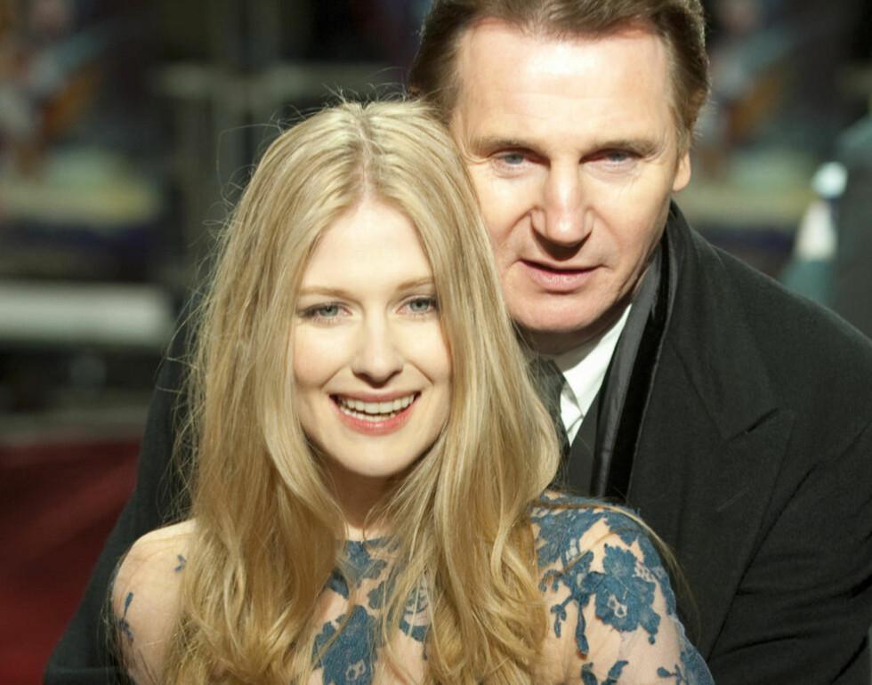 JULEFILM: Liam Neeson og Laura Brent posererte villig for fotografene på den røde løperen da «Lagenden om Narnia - Reisen til det ytterste hav» hadde verdenspremiere. Foto: Reuters/Scanpix.
