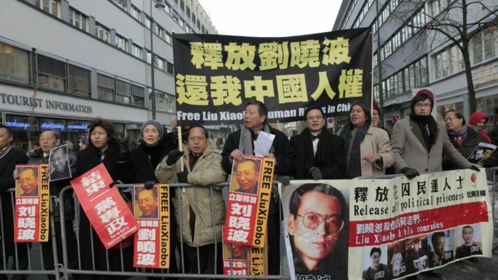 KREVER LØSLATELSE: Kinesere bosatt i flere land demonstrerte mot Kina og hyllet Lui Xiaobo foran Oslo rådhus i dag. Foto: Nina Hansen