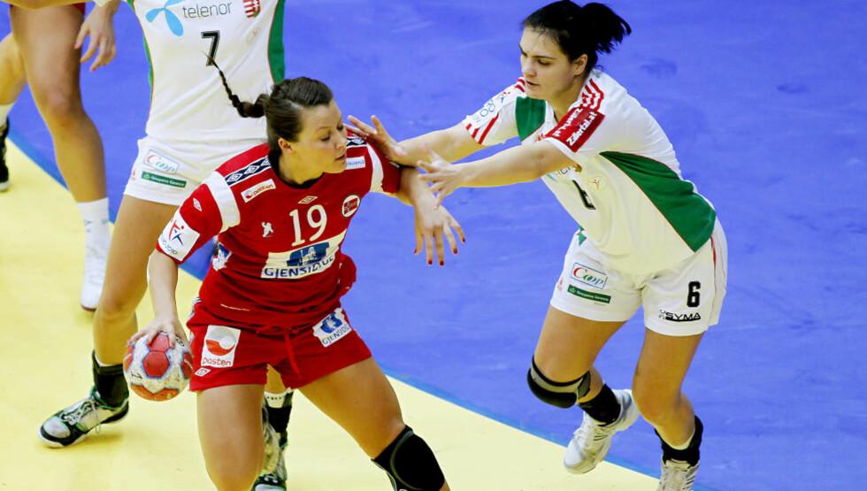 MYE JULING: Nora Mørk og de norske jentene fikk mye juling i går. Her kaster Orsolya Verten seg over Nora.