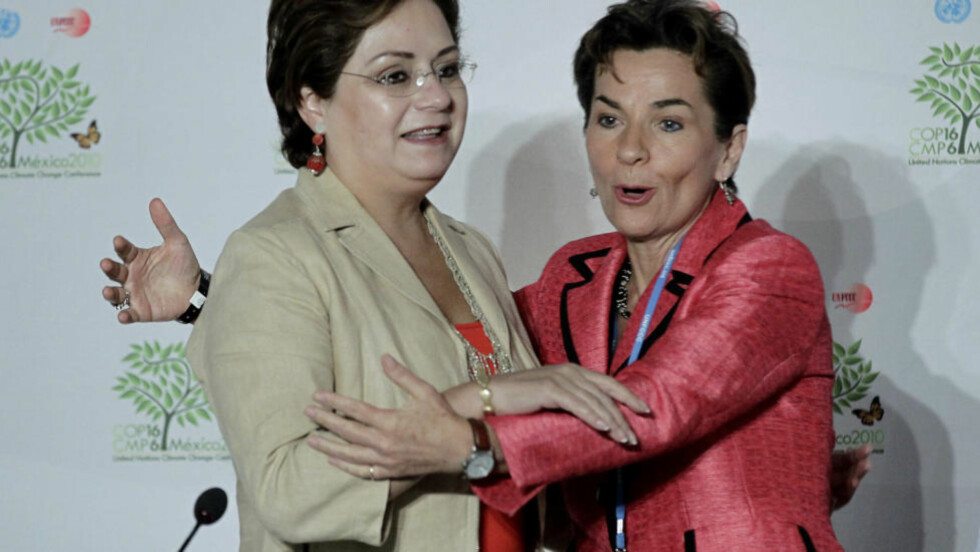 VEDTATT:  Mexicos utenriksminister Patricia Espinosa (til venstre) banket gjennom slutterklæringen fra klimamøtet i Cancun i fomiddag norsk tid - natt til lørdag Mexico-tid. Her sammen med en av sjefene for FNs klimaarbeid (UNFCCC), Christiana Figueres. FOTO: HENRY ROMERO, REUTERS/SCANPIX.