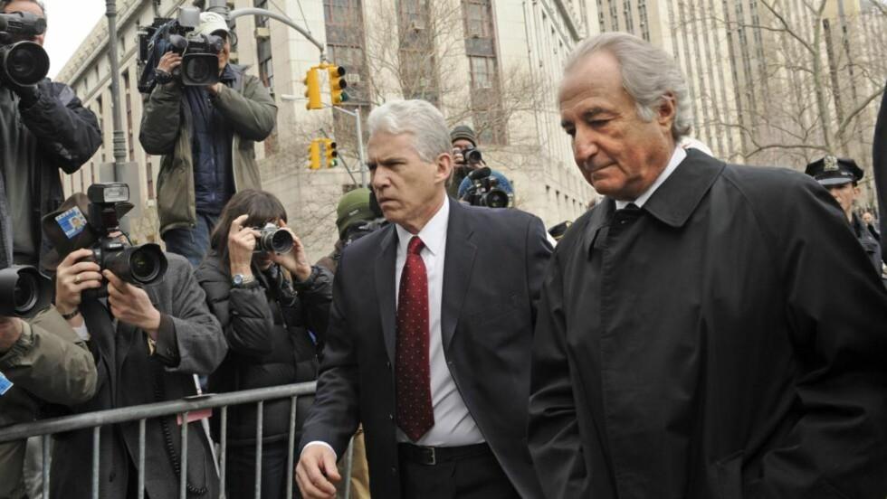 BERNARD MADOFF: En av tidenes største svindlere, Bernard Madoff (til høyre), på vei inn i retten i våres. I sommer ble han dømt til 150 års fengsel for svindel av 65 milliarder dollar. Foto: AP