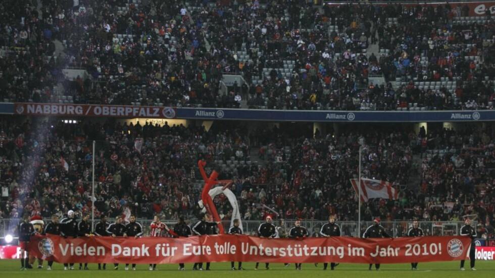 GOD KVELD: Bayern München-spillerne takket supporterne for støtten etter kampen, da hadde de allerede takket litt ved å knuse St. Pauli 3-0.Foto: SCANPIX/AP/Matthias Schrader