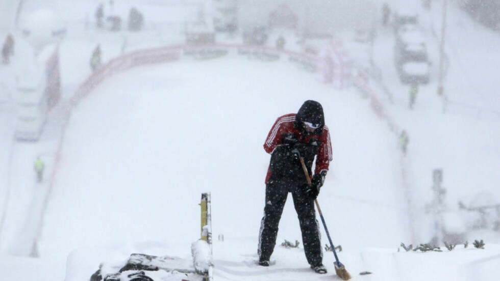 AVLYST: Snø og vind skaper nye utfordringer for arrangørene i Harrachov. Søndagens første renn måtte avlyses. Foto: Scanpix