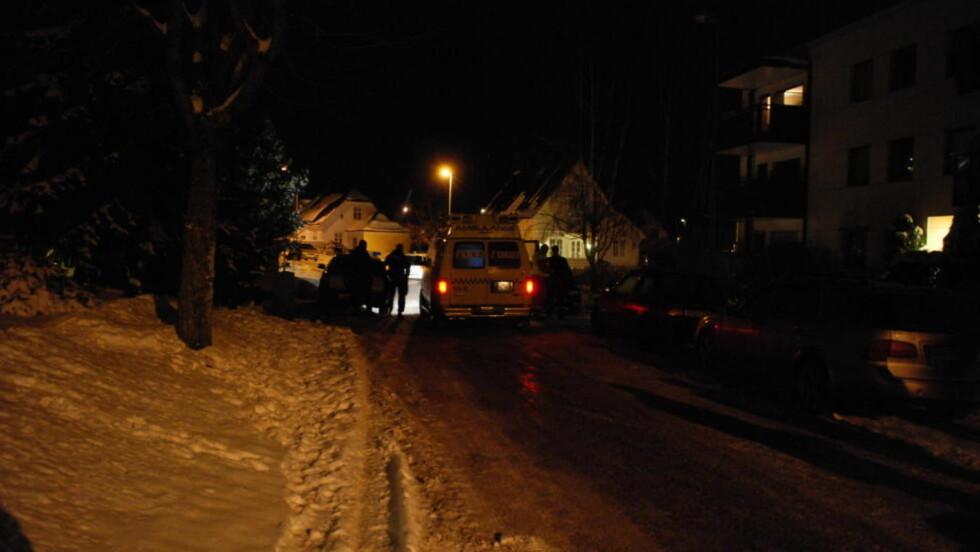TRE SKUDD I KROPPEN:  Politi og ambulanse ved åstedet i Fagerheimgaten på Kaldnes i Vestfold i natt. En 49 år gammel mann ble truffet av tre skudd i en leilighet i huset retyt til høyre for ambulansen. FOTO: LASSE LJUNG, NYHETSFOTO.