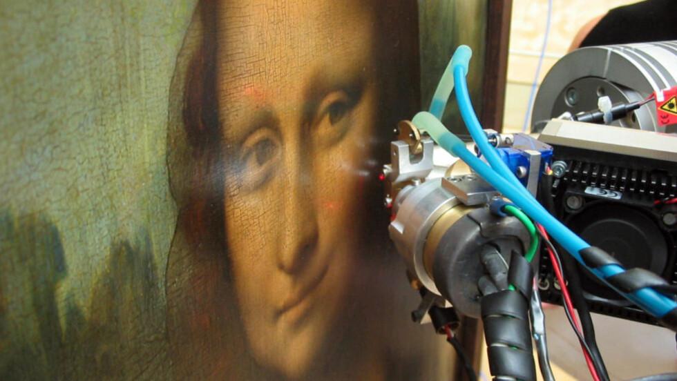 EN EKTE DA VINCI-KODE: Kunsthistorikere har funnet små tall og bokstaver i øynene på Mona Lisa. Foto: AFP PHOTO / V.A. SOLE / ESRF