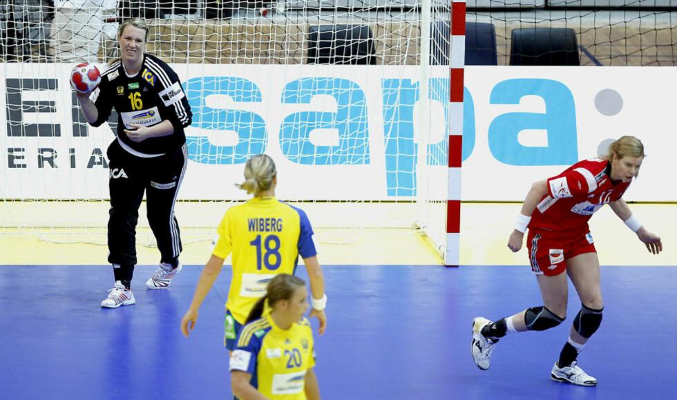 FLAUT TAP: For norske håndballjenter svir det å tape for Sverige. Og det er ekstra vondt for Tonje Larsen & co. å ryke etter en så svak kamp som i går kveld.