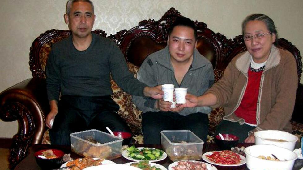LØSLATT: Dette bildet ble frigjort på nettet i helgen, og skal være beviset på at dissidenten Hada, ble frigitt og gjenforent med familien sin 10. desember. Hada er den dissidenten som har sittet lengst i fengsel, og har tilbragt 15 år bak murene. Menneskerettighetsgrupper spør seg nå hvor ekte bildet er: myndighetene i Kina har ikke bekreftet løslatelsen, og familien har ikke hørt fra ham. Foto:  AFP PHOTO