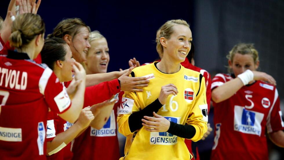 VIL HA ØREPYNT: Katrine Lunde Haraldsen vil gjerne stå i mål med ørepynt, men det får hun ikke lov til. Foto: BJØRN LANGSEM