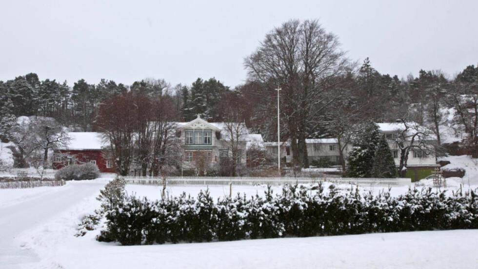 UGLAND-GÅRDEN: Ifølge Agderposten gjorde Kripos igår søndag undersøkelser på hjemstedet til Ellen Ugland i Grimstad. Foto: Torbjørn Berg