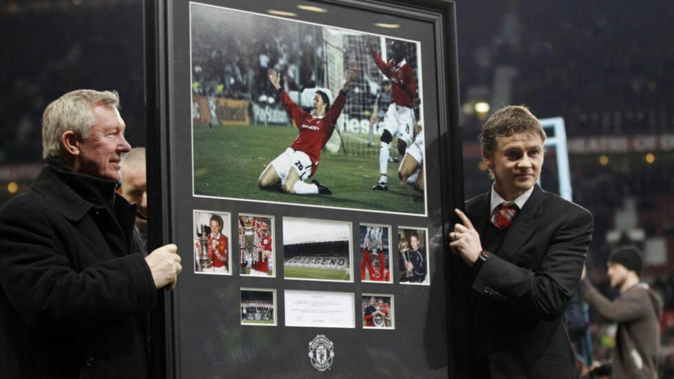 POPULÆR: Ole Gunnar Solskjær tok endelig farvel med Manchester United i kveld, og fikk sin takk av Alex Ferguson.Foto: SCANPIXREUTERS/Phil Noble
