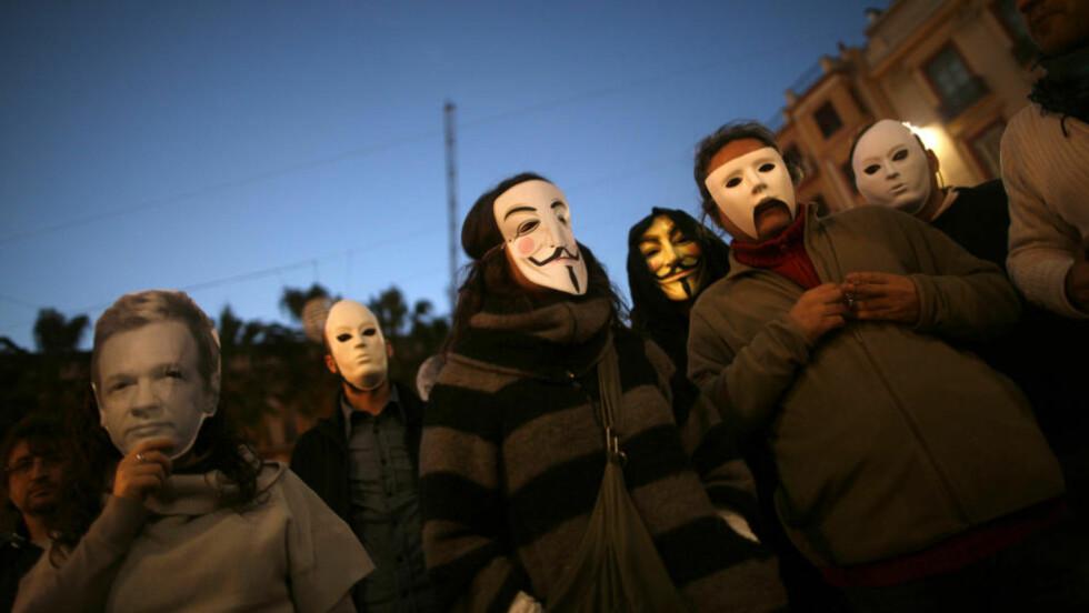 MOT SIN HENSIKT: Når unge mennesker fra Anonymous-miljøet, her representert ved medlemmer i Spania, truer med å ta ned Arbeiderpartiets nettsider dersom datalagrinsdirekitvet innføres i Norge, svekker de motstanden mot direktivet, mener Dagbladets kommentator. Foto: SCANPIX