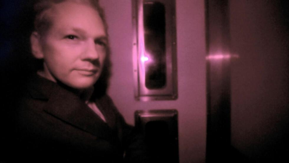 PÅ VEI TIL RETTEN: Bilde av Julian Assange tatt gjennom vinduene på politibilen som i dag førte ham til retten i London. Foto: AFP PHOTO/CARL COURT