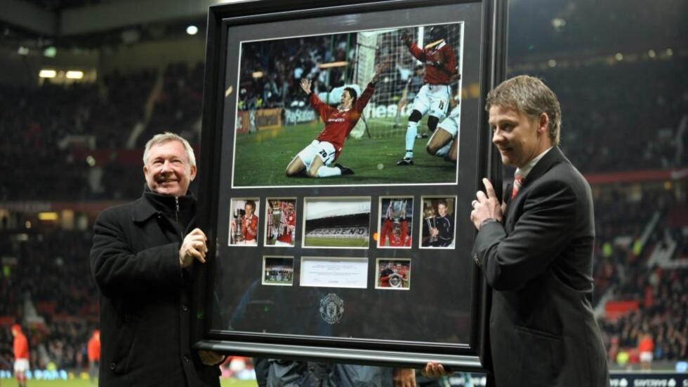GAVE: Alex Ferguson ga Ole Gunnar Solskjær en bildemontasje av spissens United-høydepunkter på Old Trafford i går. Foto: EPA/ROBIN PARKER