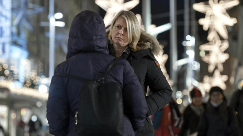 Livredd:  Den utviklingshemmede kvinnen sier hun har vært livredd i hele høst, etter at hun skal ha blitt voldtatt av en nabo i oppgangen - og ikke fikk flytte vekk fra det belastede kommunale boligkomplekset. Her med sin bistandsadvokat Line H. Ingebrigtsen i Bergen denne uka. Foto:HELGE HANSEN