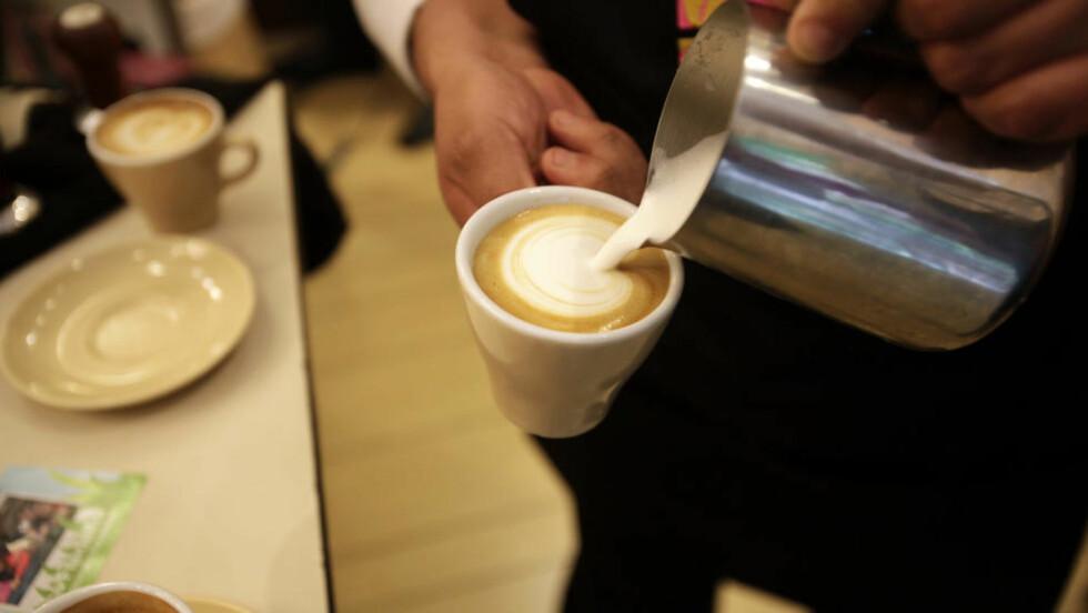 TENK DEG EN TUR PÅ KAFE: Tenk deg at du må, i tillegg til å betale for kaffen, betale for leie av kopp. Dessuten fastpris for å få fraktet kaffen fra personen bak disken, skriver innleggsforfatteren i sin refleksjon over strømmarkedet.Foto: Scanpix
