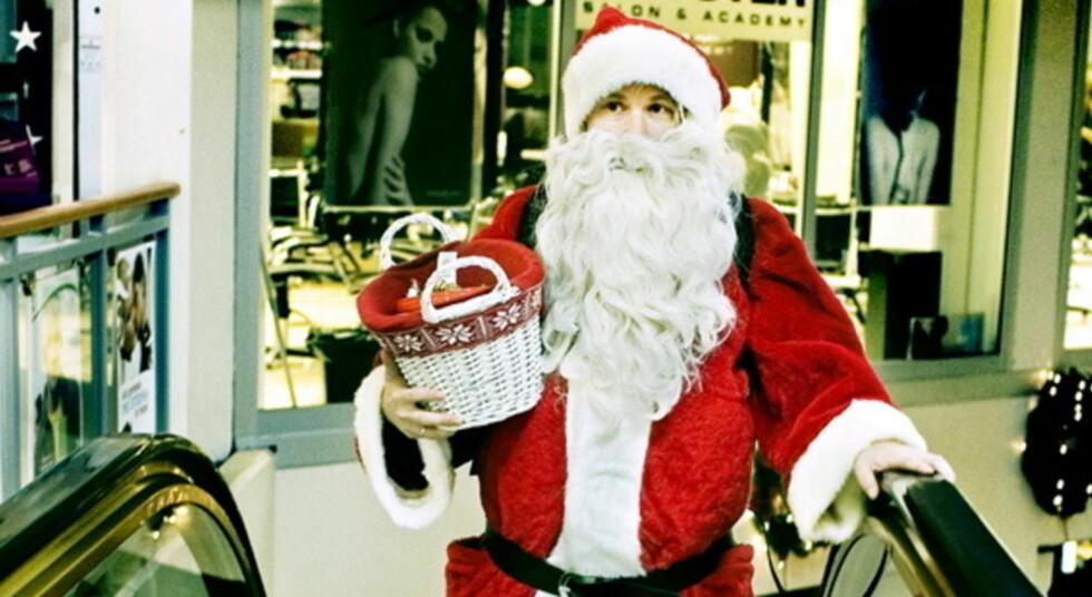 KJØPESENTERSTRESS: Én av fire svensker oppgir i en undersøkelse at de blir stresset og i dårlig humør av julegaveinnkjøpene. Her forsøker nordmannen Sverre Gunnar Haga å være julenisse for en dag. FOTO: ANNIKEN C. MOHR