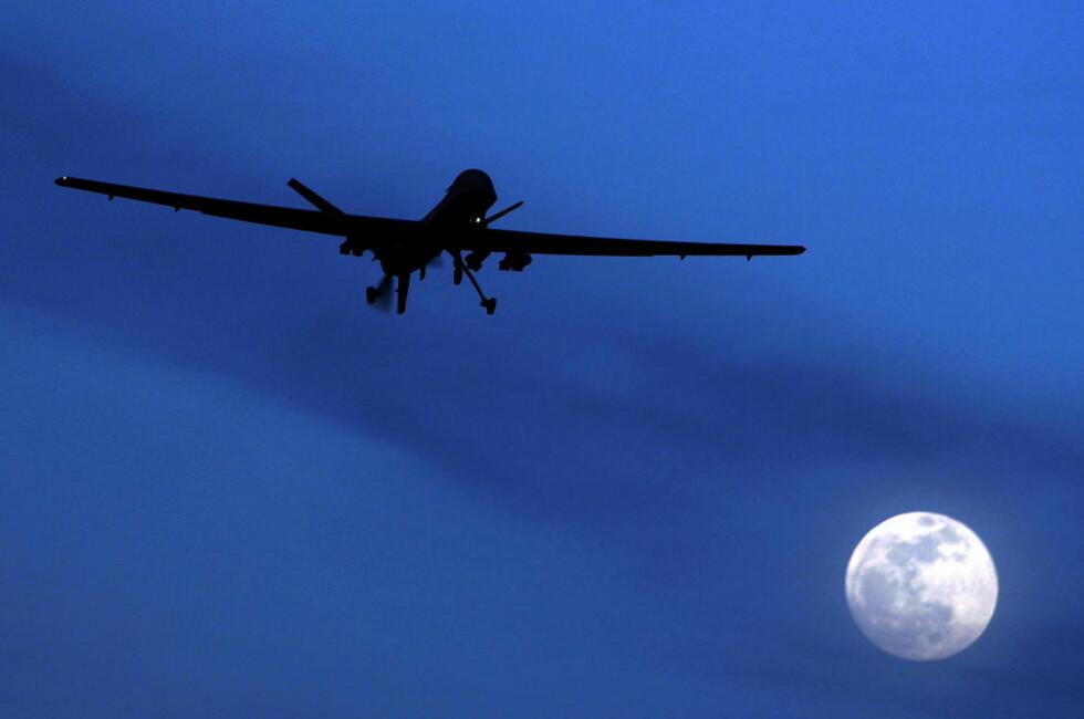 STADIG FLERE: De ubemannede flyene brukes av stadig flere land til stadig flere oppgaver, også i Norge, uten at vi for alvor diskuterer konsekvensene, mener Tore Tennøe. Her en amerikansk Predator-drone over Kandahar i november i år .Foto: AP/Scanpix