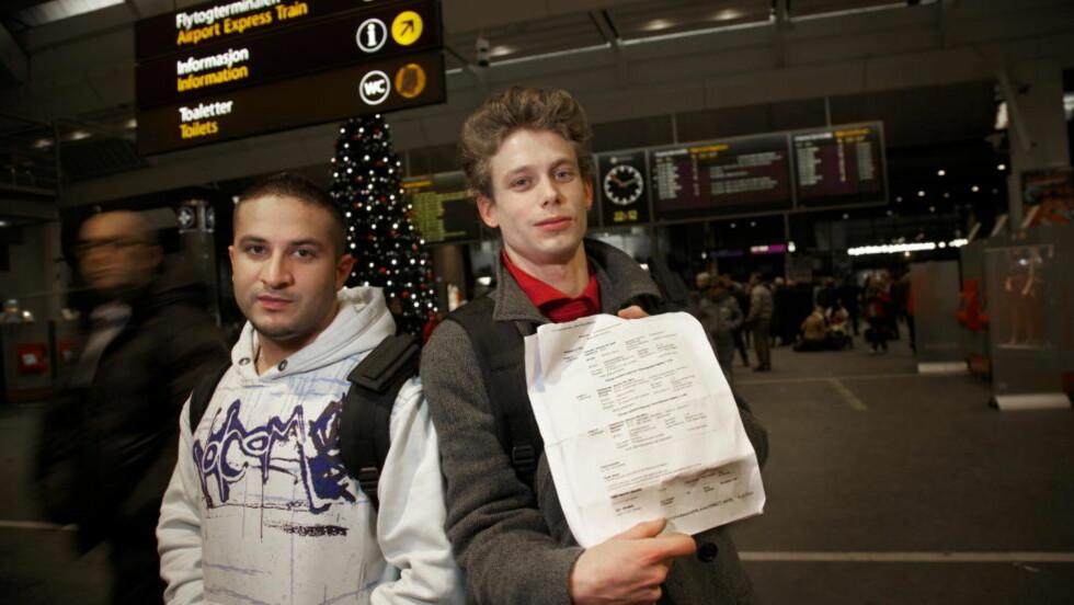 SVINDLET: Kompisene Preben Tveit (22) og Sven Kristiansen (24) fra Bergen er i kveld på vei til Stockholm for ån ta fly derfra i morgen etter at billettene de først kjøpte viste seg å være en del av en svindel. Foto: Eirik Helland Urke