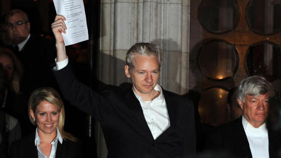 I FRIHET: Julian Assange går her ut i frihet.  AFP PHOTO/BEN STANSALL