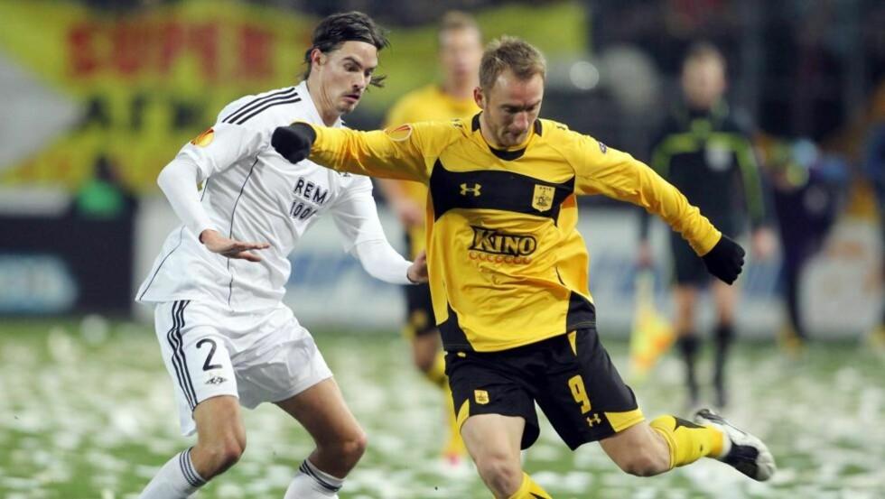 SCORET DET FØRSTE: Danijel Cesarec var offside da han headet inn 1-0, mens Mikael Lustig ble lurt foran 2-0. Til sammen blir det tre poeng til Aris etter kampen mot Rosenborg.Foto: SCANPIX/EPA/VANGELIS BLENTZAS