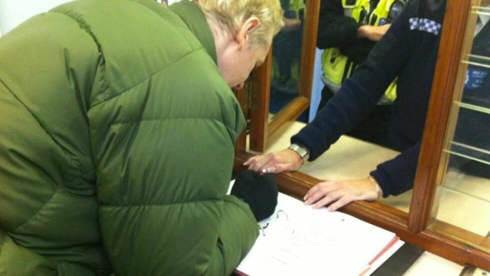 MELDER SEG: Assange fleipet med politiet da han signerte dokumentet, slik han må gjøre hver dag framover. Foto: Jonas Rasch/Dagbladet