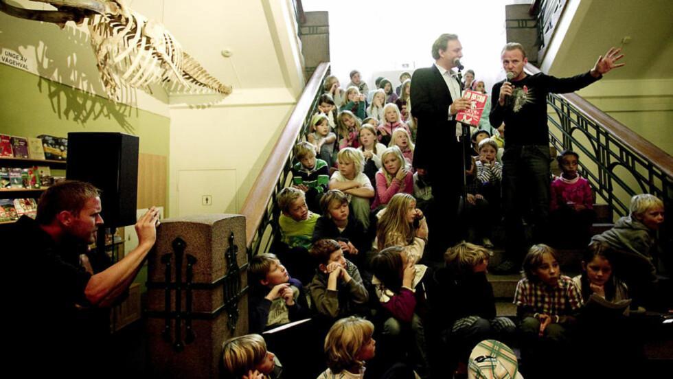 KNEKKER KODEN: Få nye barnebøker blir bestselgere. Jo Nesbøs «Doktor Proktor»-bøker er blant unntakene. Her lanserer han bok nummer tre med egen utstilling på Zoologisk Museum. Foto: Bjørn Langsem