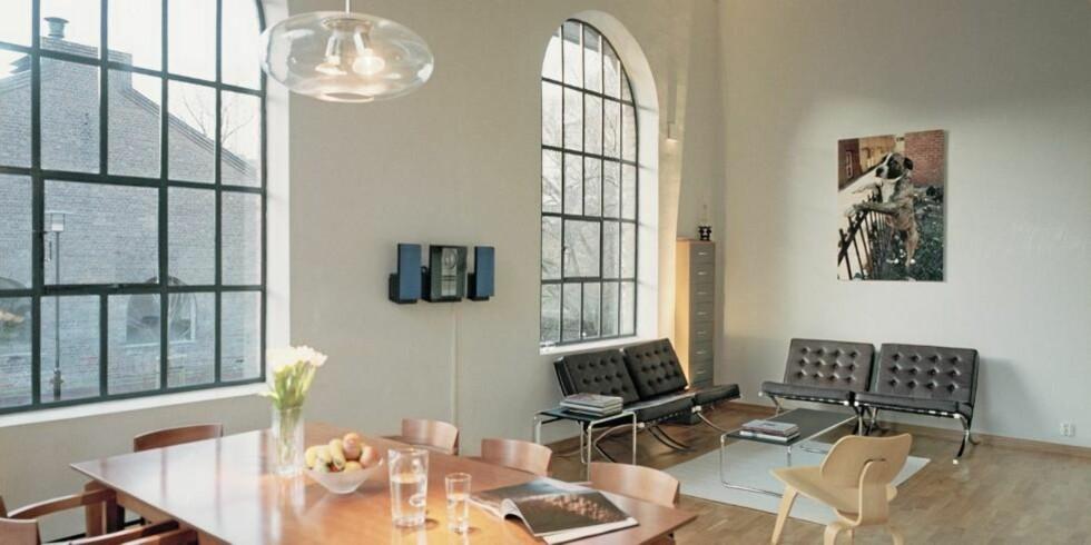 """STORT OG ROMSLIG: Stuerommet er stort nok til at møblene, blant annet """"Barcelona""""-stolene, og fotokunsten får luft rundt seg.  FOTO: Jiri Havran"""