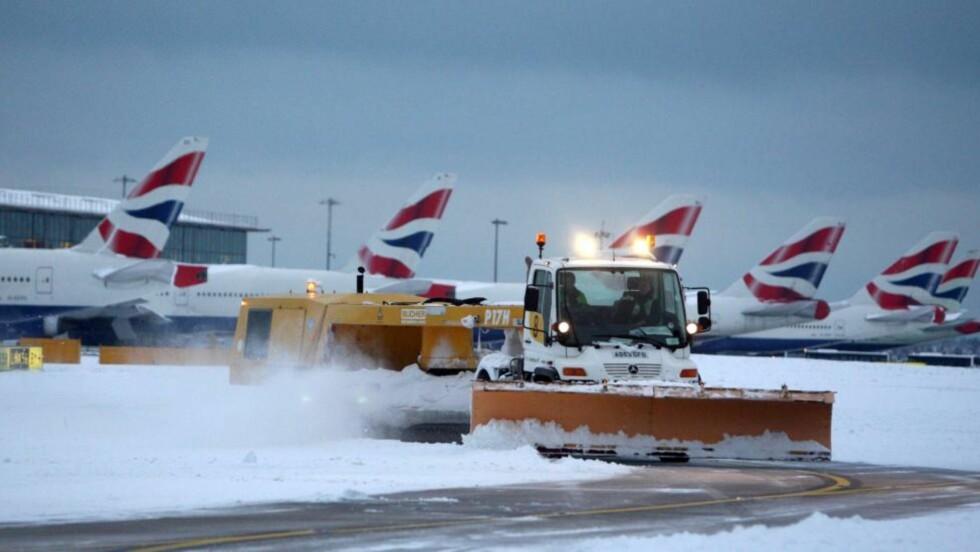 STORT OPPRYDDINGSARBEID: Snøplogen går for full maskin på Heathrow flyplass i London i dag for å rydde opp etter snøkaoset i går. FOTO: AP/PA, Steve Parsons