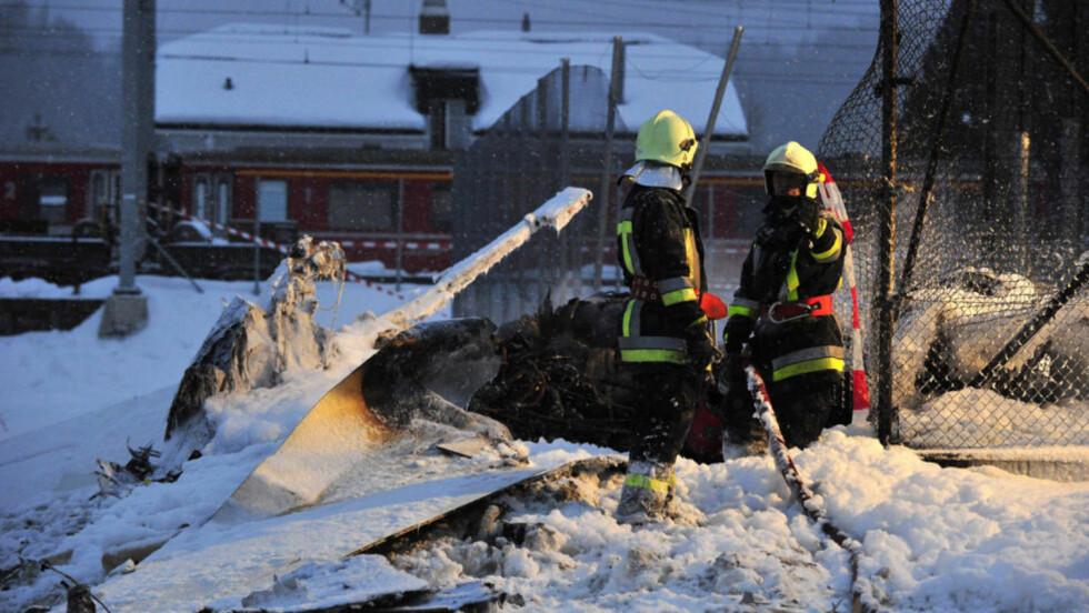 KUNNE LITE GJØRE: Redningsmannskapene fant de to om bord i flyet døde. Foto: Giancarlo Cattaneo/EPA/Scanpix