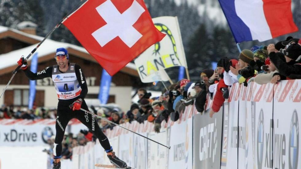 GIKK SOM EI KLOKKE: Sveitserne hadde full kontroll på seieren i La Clusaz. Ankermannen Curdin Perl kunne vifte med det sveitsiske flagget på oppløpet. Foto: Laurent Cipriani, AP/Scanpix