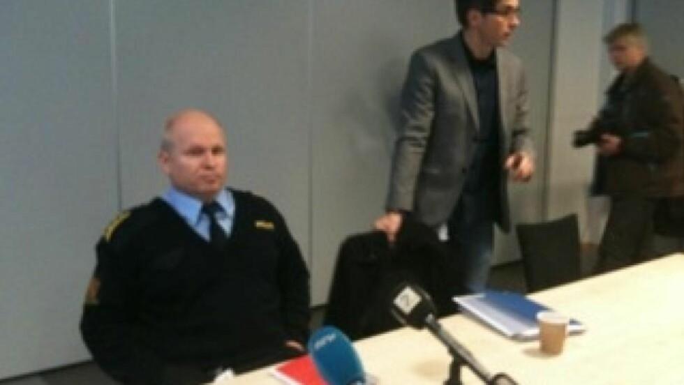 PRESSEKONFERANSE: Politiinspektør  Rolf Thoresen og Kåre Swang i Kripos orienterte pressen om den utvida siktelsen mot den 38 år gamle legen.