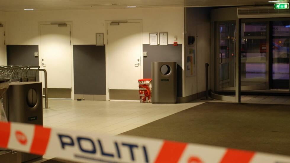 INGEN BOMBE: Torp Lufthavn i Sandefjor ble stengt i tre timer i dag, da det oppstod mistanke om at det var en bombe i en rød julegave som var plassert bak en søppelbøtte inne på flyplassen. Bombeeksperter ble tilkalt, og konkluderte med at innholdet i pakka ikke var av det skumle slaget. Foto: Lasse Ljung/Nyhetsfoto.no