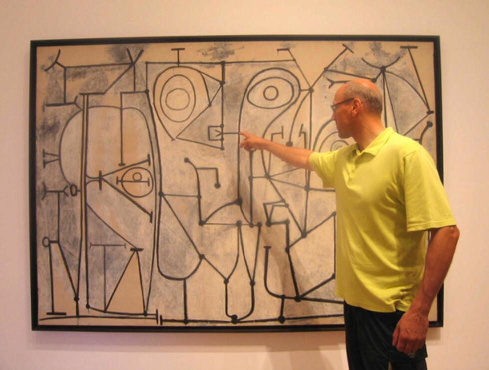 LOOP: Professor Jerzy Lewandowski står ved Picassos «Kjøkkenet», som henger i Museum of Modern Art åp Manhattan.Linjene i maleriet likner utviklingen av kvantestadier i gravitasjonsfelt i teorien «Loop quantum gravity», som er utgangspunktet for den nye forskningen hans. Foto: El?bieta Perli?ska-Lewandowska