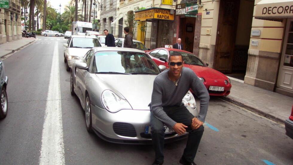 BILGLAD: John Carew har lenge hatt en forkjærlighet for raske og dyre biler. Her foran en Porsche 911 Turbo med 420 hestekrefter i 2001.     Foto: MORTEN PEDERSEN