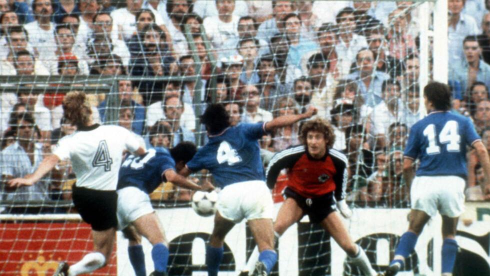 GULLTRENER: Paolo Rossi (trøye 20) scoret Italias første mål i VM-finalen i 1982, mot Vest-Tyskladn. Foto: AFP/DPA